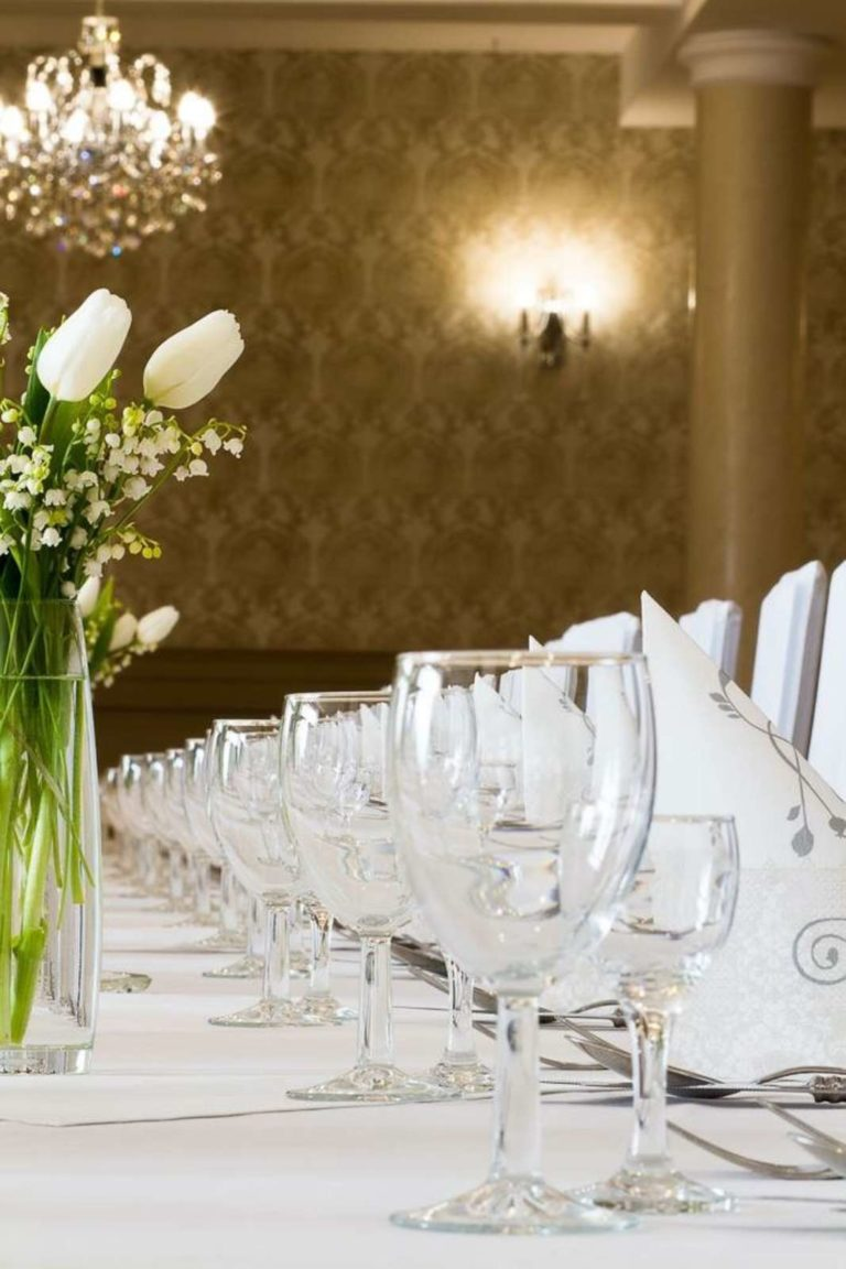 zastawa na stole weselnym